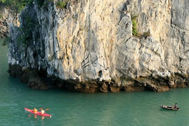 Dragon Pearl Junk kayaking