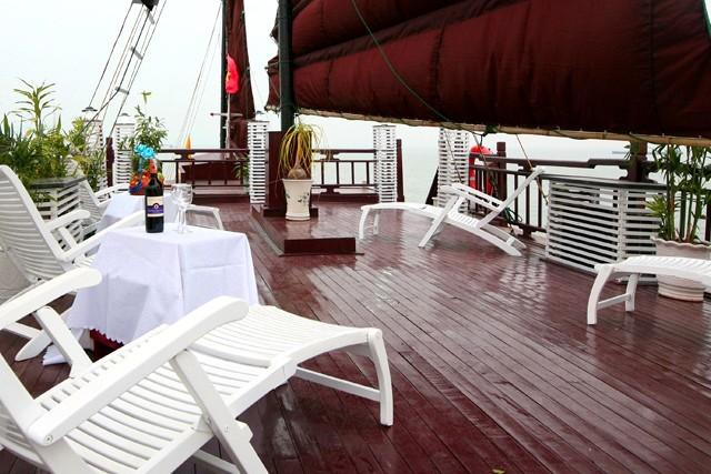 White Dolphin Cruise Sundesk