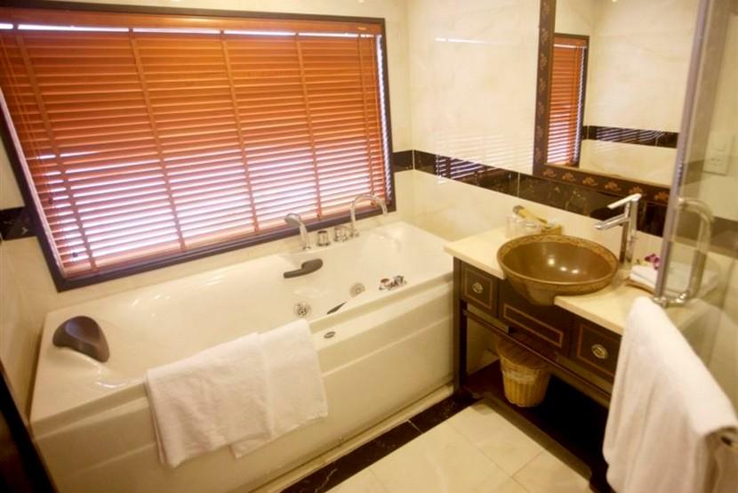 Huong Hai Sealife Cruise Bathroom